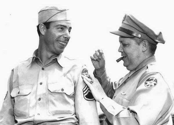 Joe DiMaggio al recibir su rango de sargento