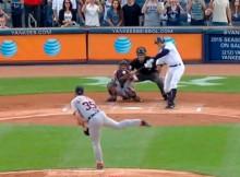 A-Rod en el justo momento en que conecta la bola para el hit 3.000