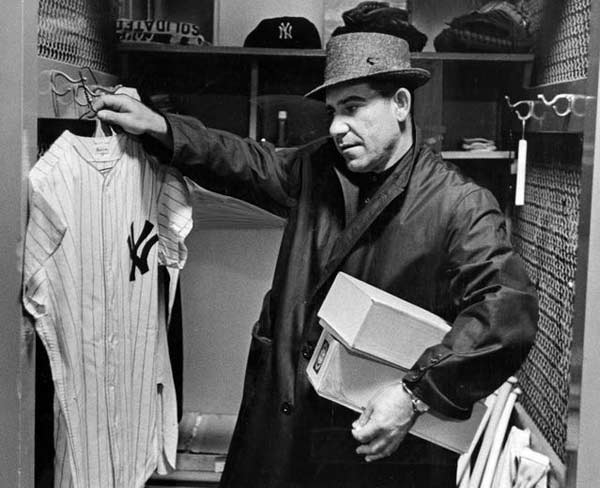 Yogi Berra en su locker del Yankee Stadium, el 10 de abril de 1961. (Foto National Baseball Hall of Fame Library)