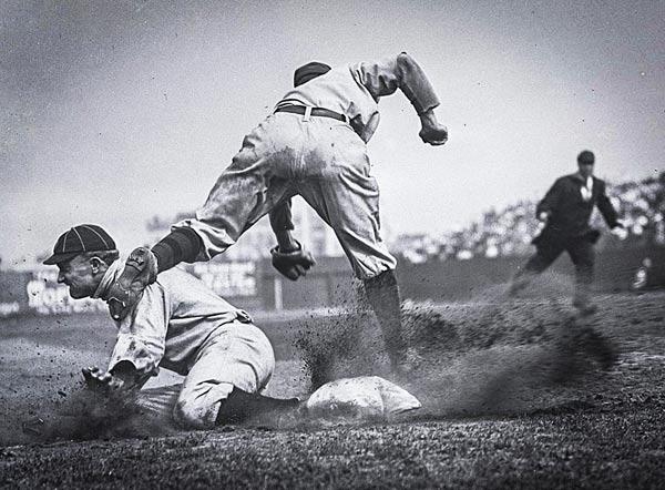 Ty Cobb (Detroit) se caracterizó por su juego fuerte al deslizarse en las bases