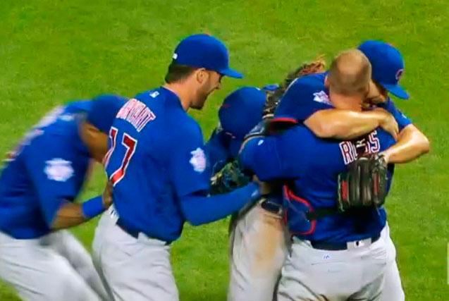 Jake Arrieta abrazado por sus compañeros tras la hazaña ante los Rojos