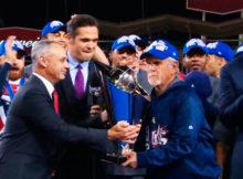El Comisionado Rob Manfred entrega el trofeo al mánager Jim Leyland